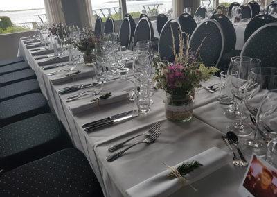 Restaurant klinten borddækning til bryllup